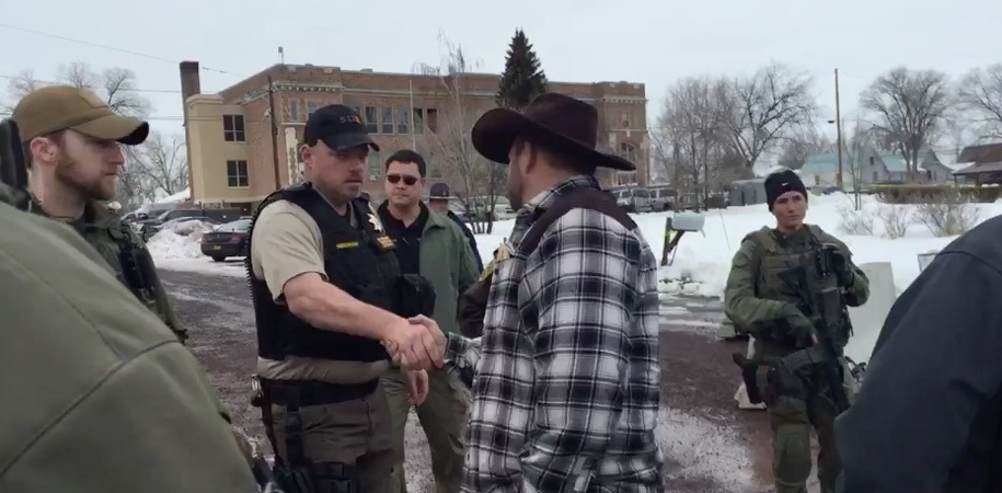 Ammon Bundy meets with Oregon deputies and sheriffs