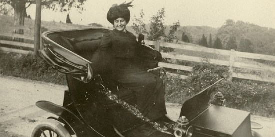 Edith-Wilson-and-her-electric-car.jpg