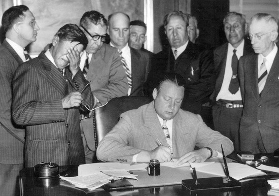 Mandan, Hidatsa and Arikara Nation chairman George Gillette cries in signing of forced sale in 1948 of the tribe