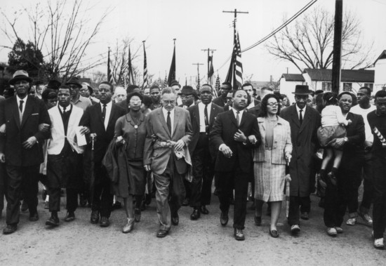 30 mars 1965: le militant américain des droits civiques Martin Luther King (1929-1968) et son épouse Coretta Scott King mènent une marche pour le droit de vote des Noirs de Selma, en Alabama, à la capitale de l'État à Montgomery.  (Photo par William Lovelace / Express / Getty Images)