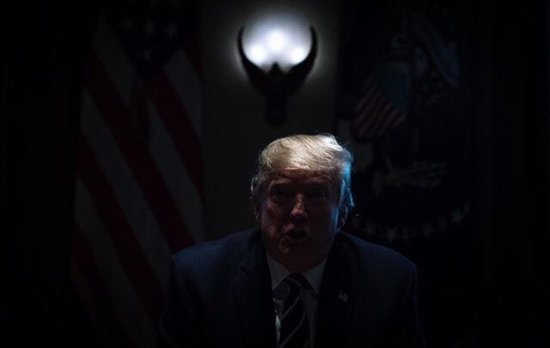 Chief of staff John Kelly accidentally turned the lights off today as POTUS was clarifying his Helsinki comments in the Cabinet Room, and WaPo photog Jabin Botsford took this shot. https://www.instagram.com/p/BlWDB93lRv0/?utm_source=ig_share_sheet&igshid=1kq8w14qoffki …