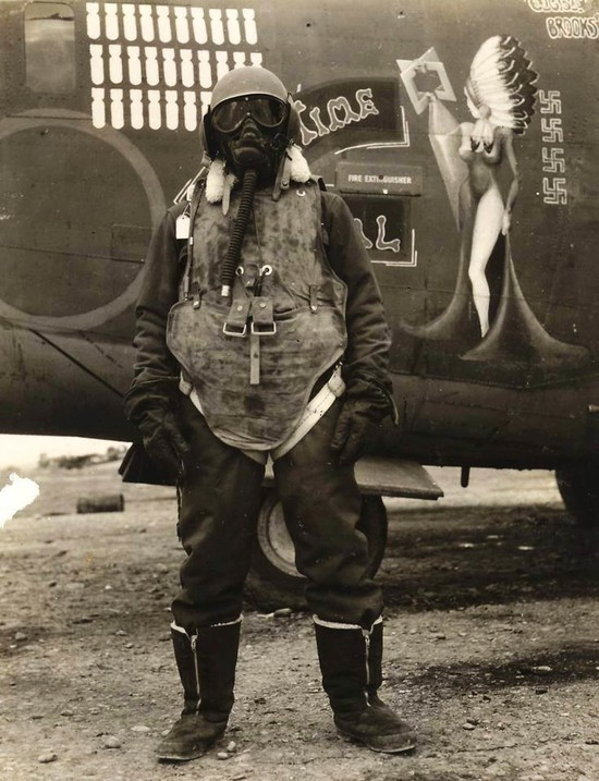 13dbb141 An_airgunner_stands_before_his_B-24_bomber_wearing_what_it_took_to_survive_at_25_000ft_altitude__1944.jpg