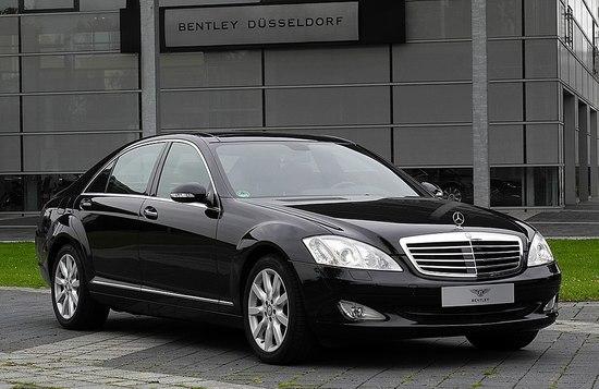 1024px-Mercedes-Benz_S_320_CDI_4MATIC_L_%28V_221%29_%E2%80%93_Frontansicht_%281%29__30._August_2011__Du%CC%88sseldorf.jpg