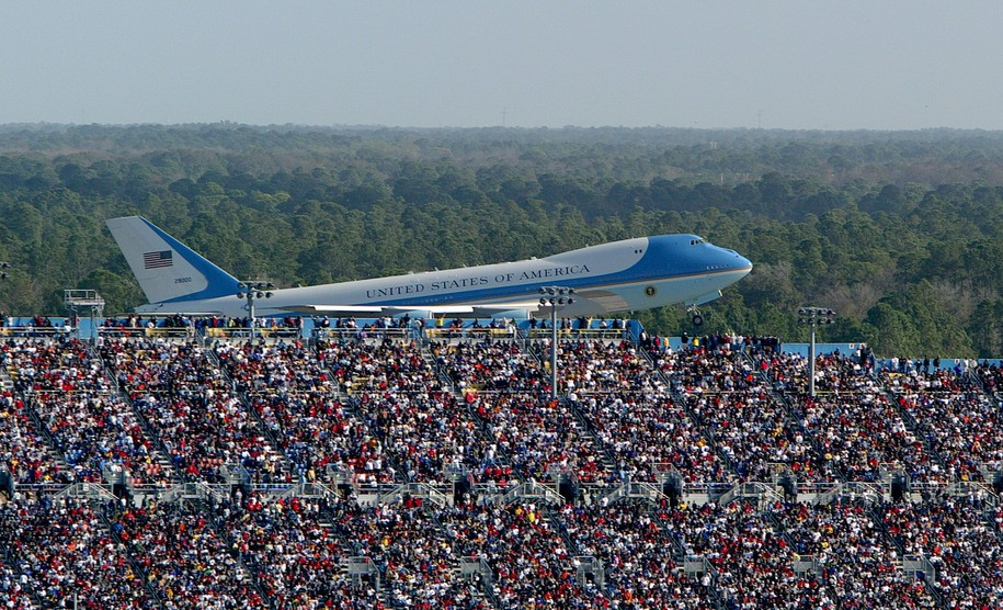 Trump campaign manager deletes Air Force One photo after being told it's from 2004