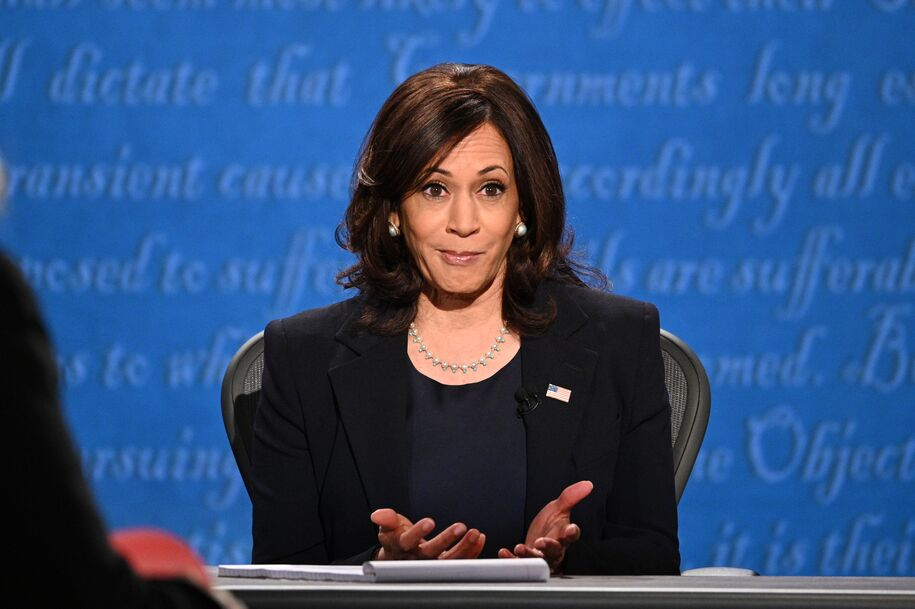Kamala Harris, candidata a la vicepresidencia demócrata de los Estados Unidos y senadora por California, hace un gesto durante el debate vicepresidencial en Kingsbury Hall en la Universidad de Utah el 7 de octubre de 2020, en Salt Lake City, Utah.  (Foto de Robyn Beck / AFP) (Foto de ROBYN BECK / AFP a través de Getty Images)