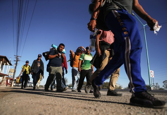 MEXICALI, MEXICO - NOVEMBER 26: Honduran migrants who are part of the 'migrant caravan' walk towards Tijuana on November 26, 2018 in Mexicali, Mexico. Around 6,000 migrants from Central America have arrived in Tijuana with the mayor of Tijuana declaring the situation a 'humanitarian crisis'.  (Photo by Mario Tama/Getty Images)