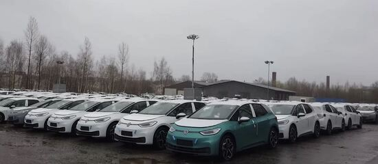 March 2020: heaps and heaps of the shiny brand-new VW ID3 (range 300-500km) had to wait around in the rain and cold until the pandemic lockdown eased a bit.